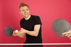 Blonder behaarter Mann, der Tischtennis spielt Stockbild