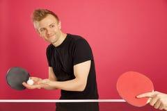 Blonder behaarter Mann, der Tischtennis spielt Lizenzfreie Stockbilder