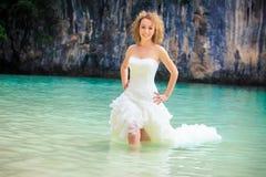 Blonder Brautstand im Meerwasser Lizenzfreie Stockfotografie