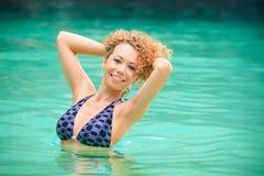 Blonder Brautstand im Meerwasser Lizenzfreies Stockbild