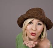 Blonder Brown-Hut-durchbrennenkuß Lizenzfreies Stockfoto