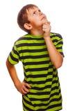 Blonder düsterer ernster Junge in einem grünen gestreiften Hemd Stockfotos