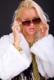 Blonder Dame Wink von den Sonnenbrillen Lizenzfreies Stockbild