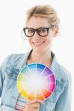 Blonder Designer, der das Farbrad lächelt an der Kamera hält Stockbilder
