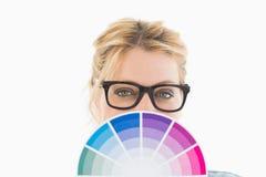 Blonder Designer, der Farbrad hält Stockbilder
