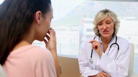 Blonder Doktor, der ihrem Patienten schlechte Nachrichten gibt stock video