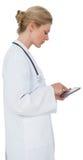 Blonder Doktor im Laborkittel unter Verwendung des Tabletten-PC Stockfoto
