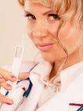 Blonder Doktor mit Spritze Stockfoto
