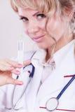 Blonder Doktor mit Spritze Lizenzfreies Stockfoto