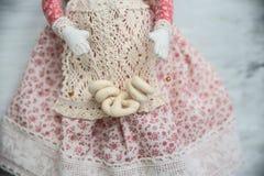 Blonder Engel des handgemachten Spielzeugs in der roten Spitzekleiderbäckerei Stockfoto