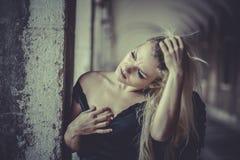 Blonder Engel des sexy Zaubers, junge Frau mit schwarzen Flügeln, Herbst Lizenzfreie Stockbilder