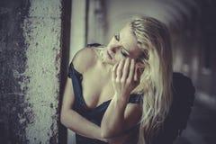 Blonder Engel des sexy Zaubers, junge Frau mit schwarzen Flügeln, Herbst Lizenzfreie Stockfotos