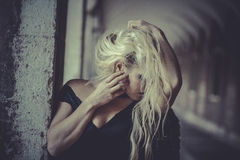 Blonder Engel des sexy Zaubers, junge Frau mit schwarzen Flügeln, Herbst Lizenzfreies Stockbild