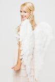 Blonder Engel mit Flügeln der weißen Federn Stockfotos