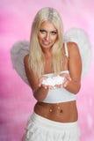 Blonder Engel mit Schnee Lizenzfreies Stockbild