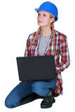 Blonder Erbauer, der mit Laptop knit Stockbild