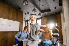 Blonder Führer macht Kontakt mit erfolgreicher Firma fest Lizenzfreie Stockfotografie