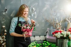 Blonder Florist, der zuhause über glückliche Gedächtnisse lacht Stockfotos
