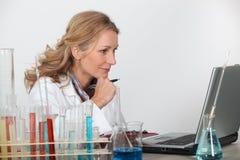 Blonder Forscher im Labor Lizenzfreies Stockfoto