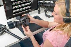 Blonder Fotograf der jungen Frau, der mit Computer und Grafik arbeitet Stockbilder