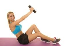 Blonder Frauenblau-Sport-BH lasten ein Knie oben aus Lizenzfreies Stockfoto