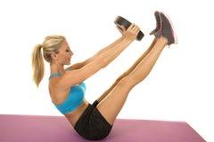 Blonder Frauenblau-Sport-BH sitzen Gewichtsbeine oben Stockfotos