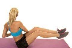 Blonder Frauenblau-Sport-BH sitzen Torsion zurück Lizenzfreie Stockbilder
