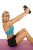 Blonder Frauenblausport, den BH sitzen, lastet genauen Blick aus Stockfoto