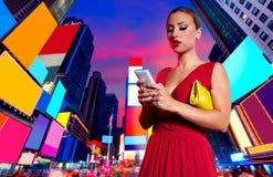 Blonder Frauenchat-Schreiben Smartphone in NYC Lizenzfreies Stockbild