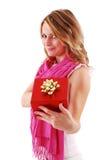 Blonder Frauenholding-Geschenkkasten Lizenzfreie Stockfotos