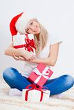 Blonder Frauenholding-Geschenkkasten Stockfoto