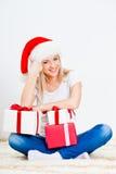 Blonder Frauenholding-Geschenkkasten Lizenzfreies Stockbild