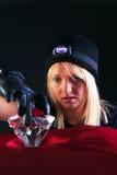 Blonder Frauenkatzeeinbrecher, der einen großen Diamanten stiehlt Lizenzfreie Stockbilder