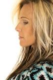 Blonder Frauenkopf im blauen und schwarzen Hemdseitenblick unten Stockfotografie