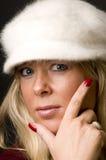 Blonder Frauenkopf schoss mit Art und Weisehut Lizenzfreie Stockfotografie