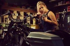 Blonder Frauenmechaniker Lizenzfreie Stockbilder