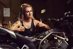 Blonder Frauenmechaniker Stockfoto