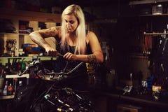 Blonder Frauenmechaniker Stockbild