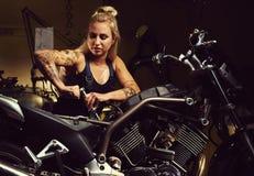 Blonder Frauenmechaniker Lizenzfreie Stockfotografie