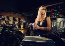 Blonder Frauenmechaniker in einer Werkstatt Lizenzfreies Stockbild