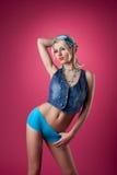 Blonder Frauenstandplatz der Schönheit auf rosafarbener Stift-oben Art Stockfotos