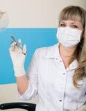 Blonder Frauenzahnarzt, der eine Spritze in seiner Hand für Einspritzungen hält Lizenzfreies Stockbild