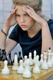 Blonder Gedanke beim Spielen des Schachs Stockfotos