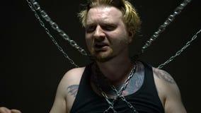 Blonder Gefangener gesprungen in Ketten stock video
