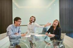 Blonder Geschäftsmann, der asiatischen Angestellten im Konferenzzimmer schlägt Lizenzfreies Stockfoto