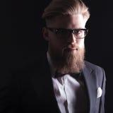 Blonder Geschäftsmann, der die Kamera betrachtet Lizenzfreie Stockbilder