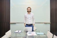 Blonder Geschäftsmann, der ein Projekt auf leerem Glasbrett darstellt Stockbilder