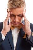 Blonder Geschäftsmann, der Kopfschmerzen hat Stockfoto