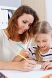 Blonder Griff des kleinen Mädchens in der Armbleistift-zeichnung etwas Lizenzfreies Stockfoto