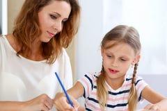 Blonder Griff des kleinen Mädchens in der Armbleistift-zeichnung etwas Stockbild